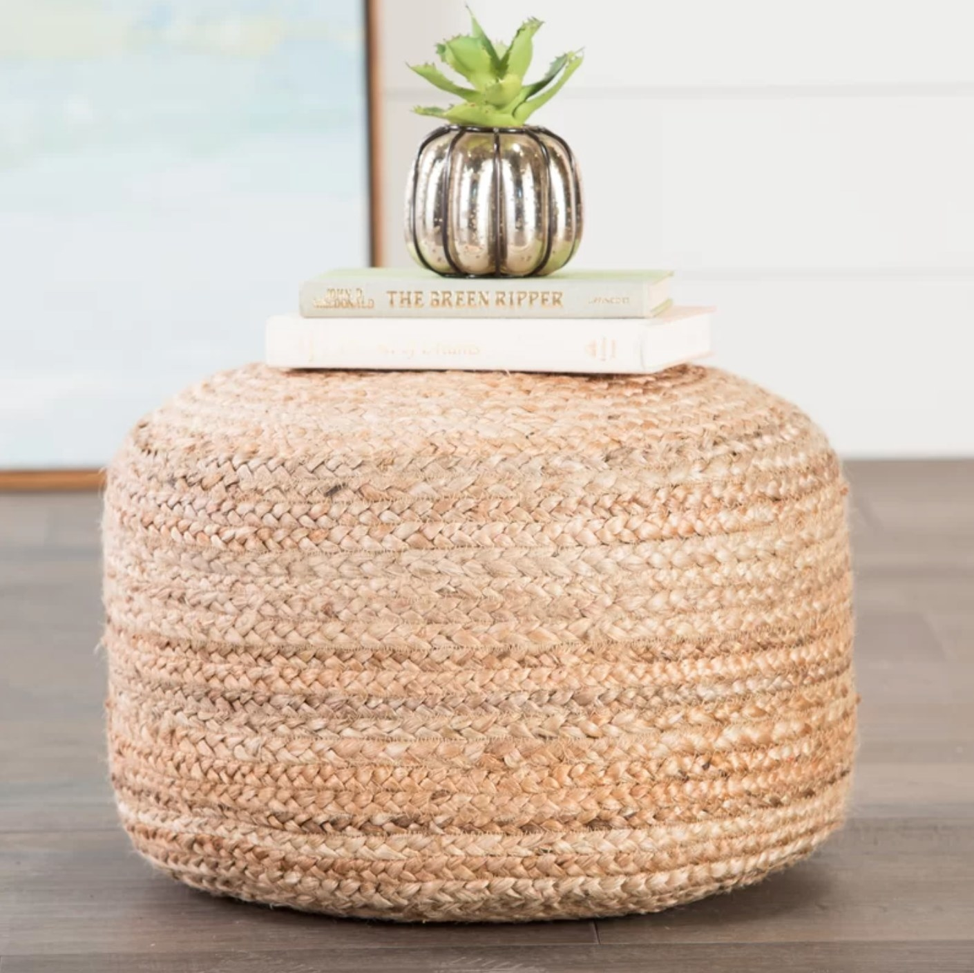 The straw round pouf