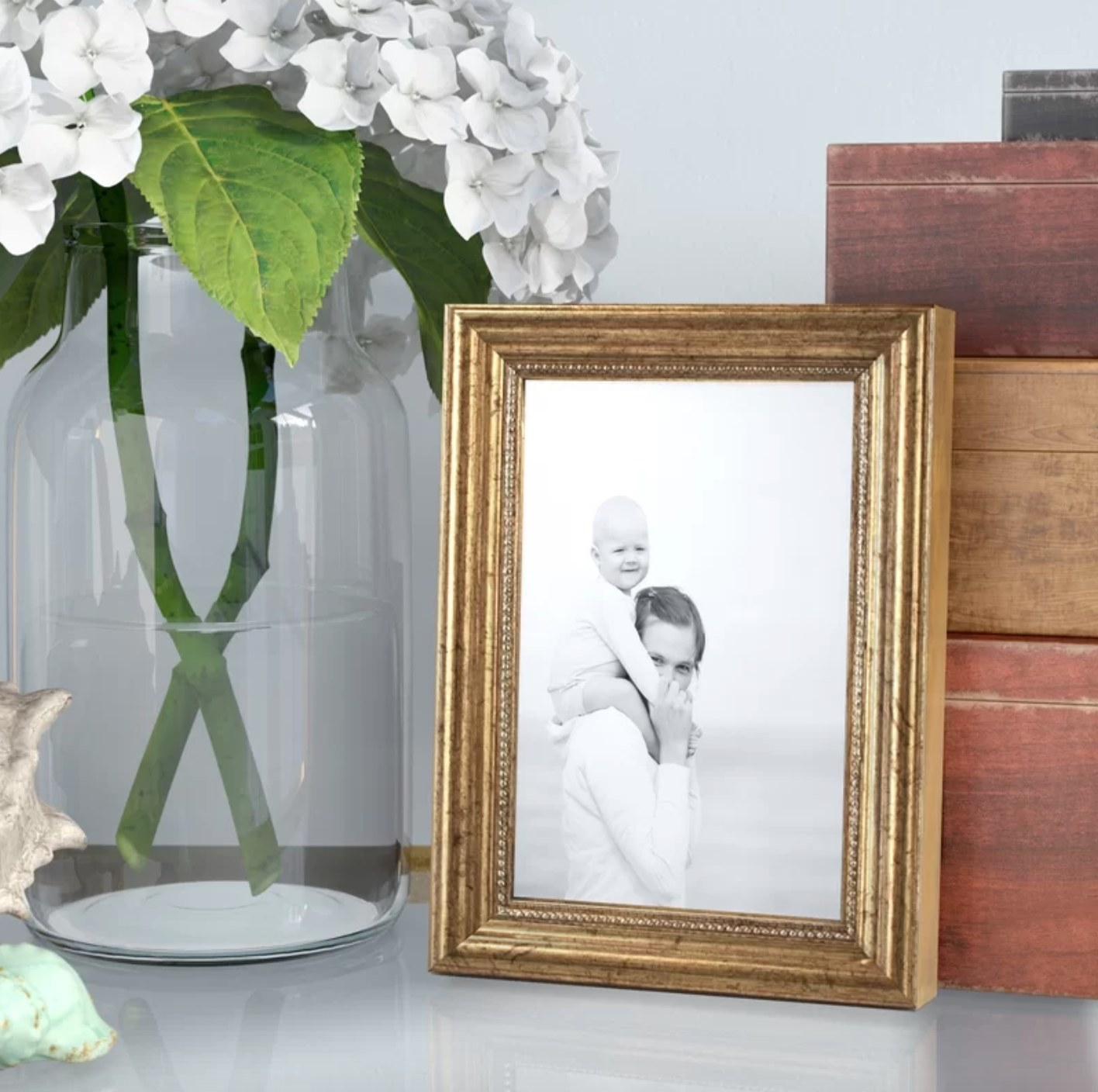 The molding picture frame in gold