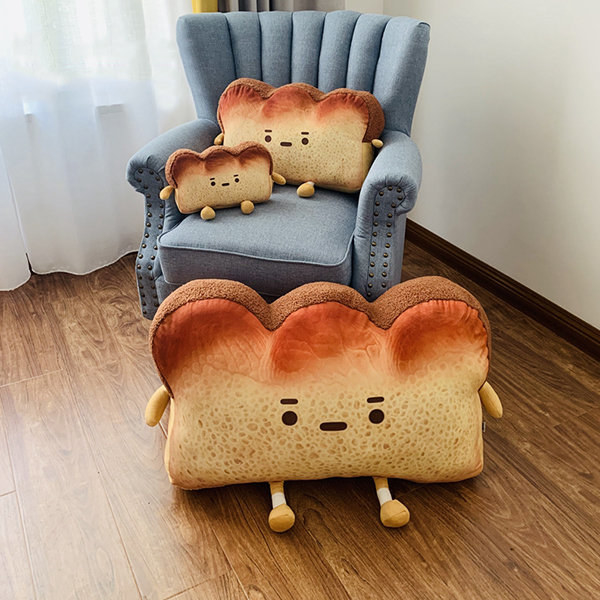 Chair with three sizes of toast-style pillows