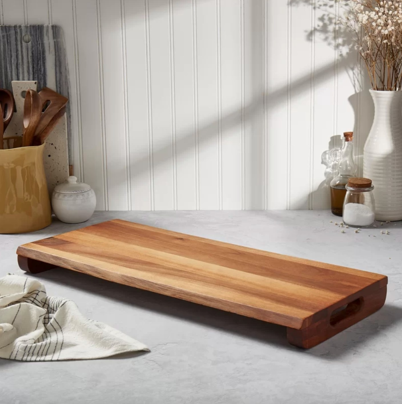 The acacia wood cutting board
