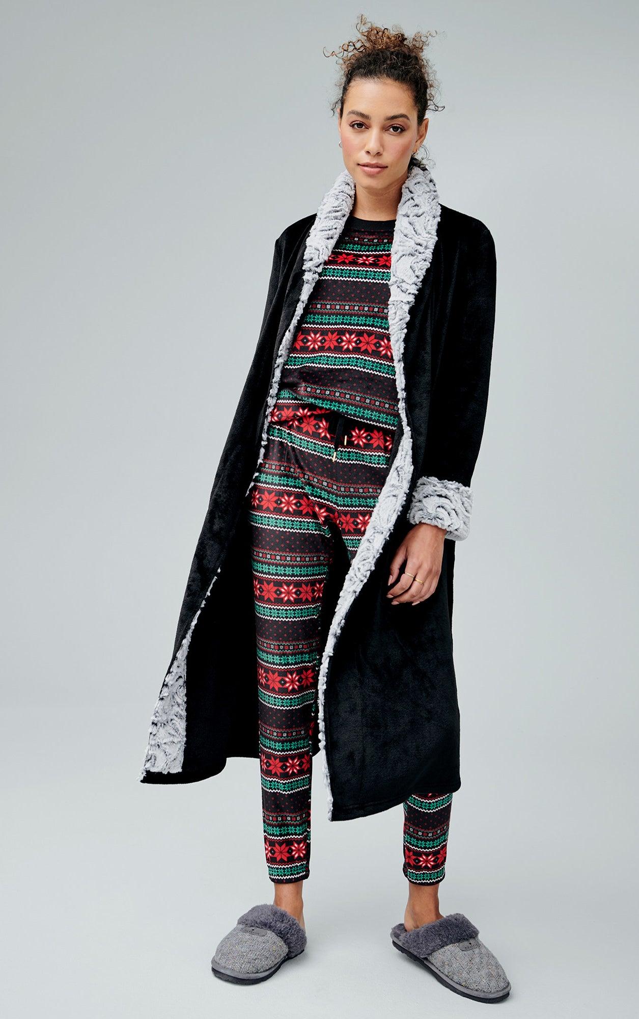 """模型穿着黑色长袍模糊下的圣诞图案睡衣""""class="""