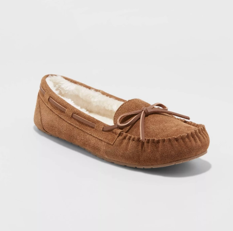 The slippers in the color dark chestnut