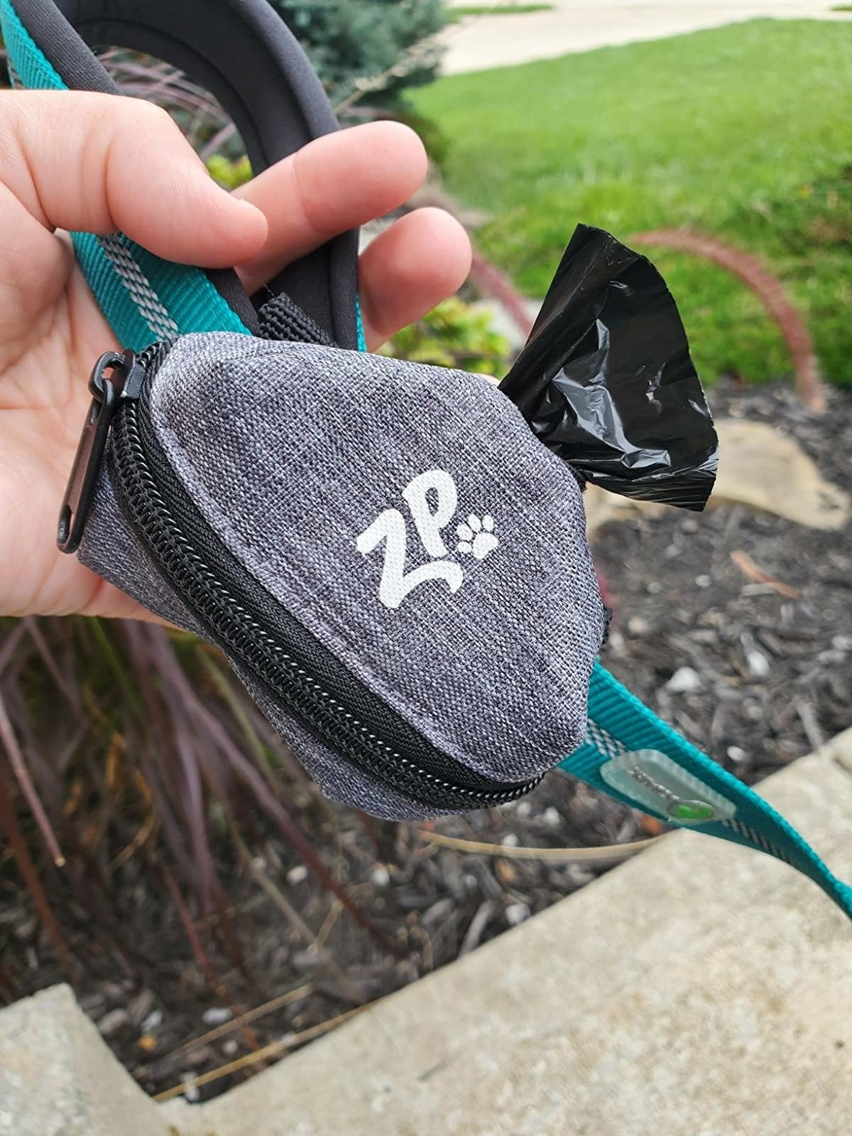 reviewer image of their zippypaws leash bag
