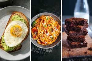 在左侧,顶部一个煎鸡蛋鳄梨烤面包片,在中间,与大蒜酱意大利面一碗,并在右边,布朗尼一叠