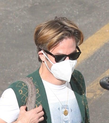 克里斯·派恩在片场戴着墨镜和面具,头发从中间分开。