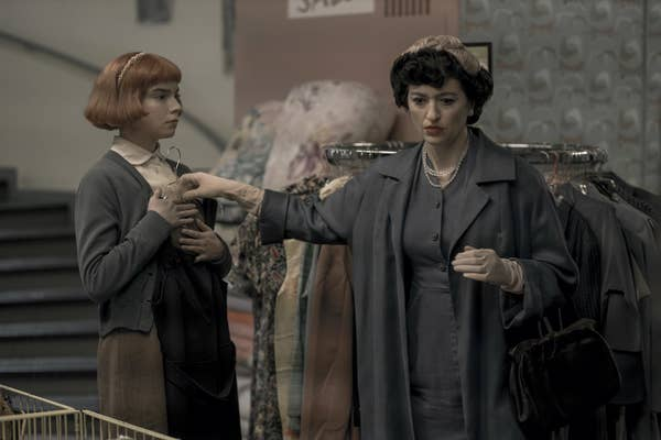 ANYA TAYLOR-JOY as BETH HARMON and MARIELLE HELLER as ALMA WHEATLEY in episode 102 of THE QUEEN'S GAMBIT.