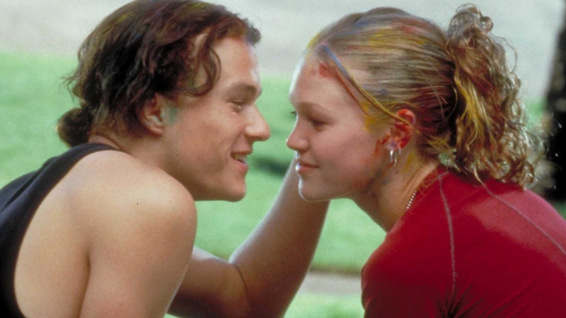Heath Ledger (Patrick) and Julia Stiles (Kat) leaning in for a kiss