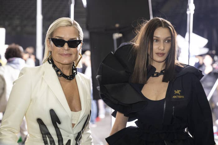 约兰达·哈迪德和贝拉·哈迪德在2020年2月27日法国巴黎巴黎时装周的雅高酒店舞台上,在2020/2021秋冬米色女装秀后的后台。