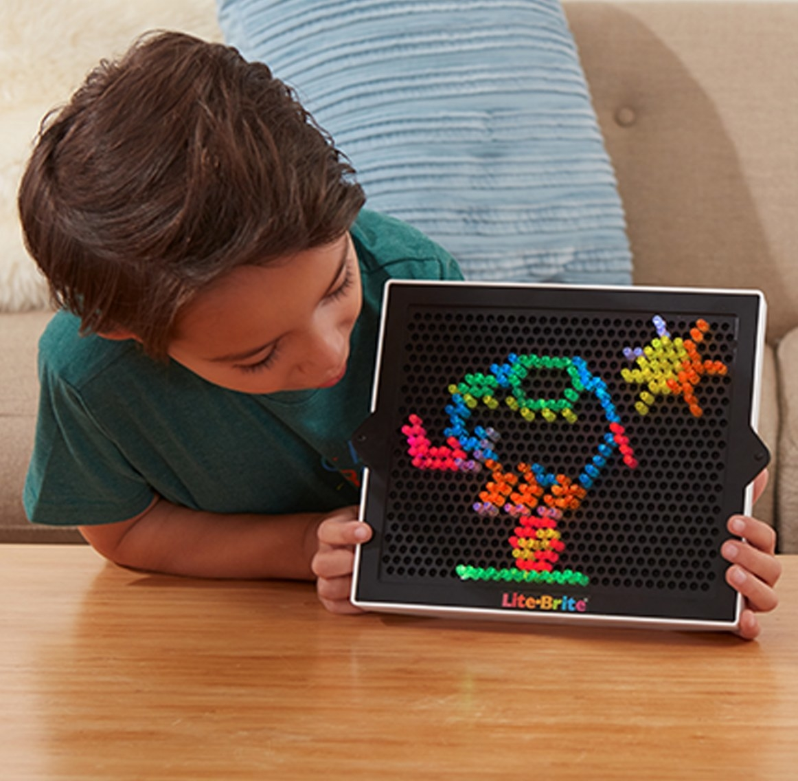 The lite brite with six templates and 200 colored pegs