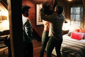 """康纳和奥利弗""""如何逃脱谋杀""""脱衣另一个男人"""
