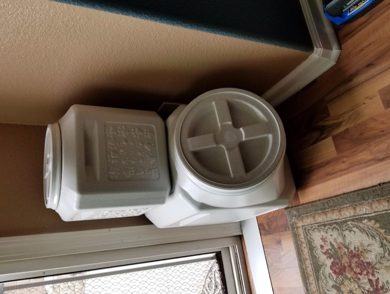 The pet food storage container