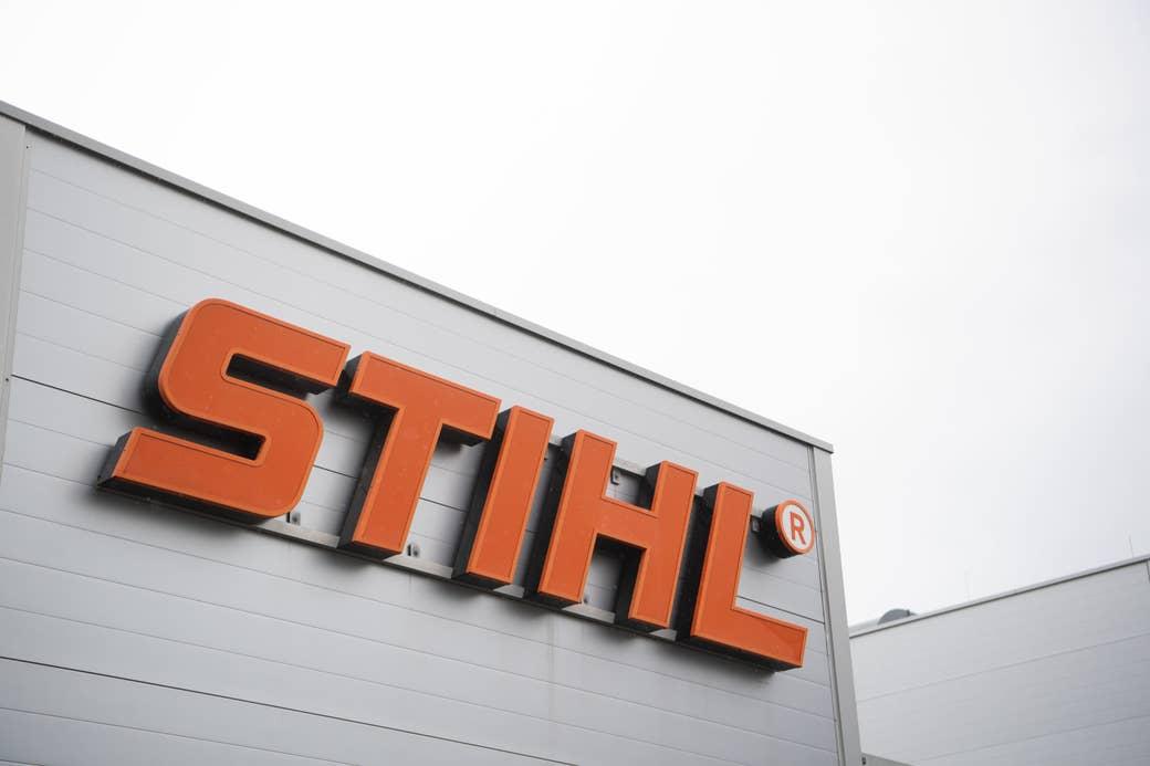 El texto & quot; Sithl & quot;  logo en el lateral de un edificio.