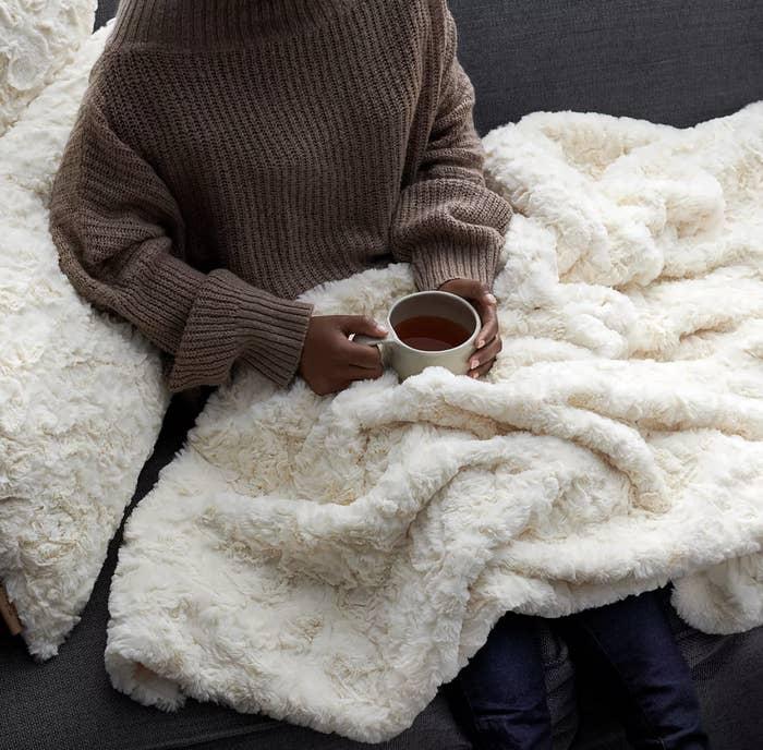 the white fleece blanket