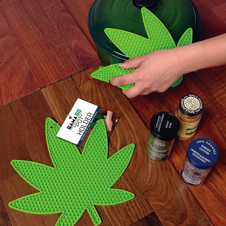 A weed leaf-shaped pot holder