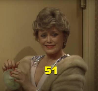 "Rue sebagai Blanche dalam episode perdana ""The Golden Girls"""