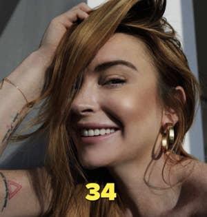 Lindsay Lohan memamerkan perhiasannya di postingan Instagram tahun 2020