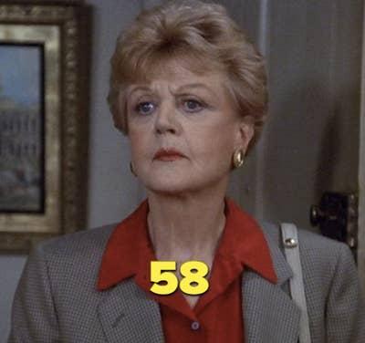 """Angela Lansbury mengenakan mantel abu-abu dan kemeja kerah merah dalam """"Murder, She Wrote"""""""