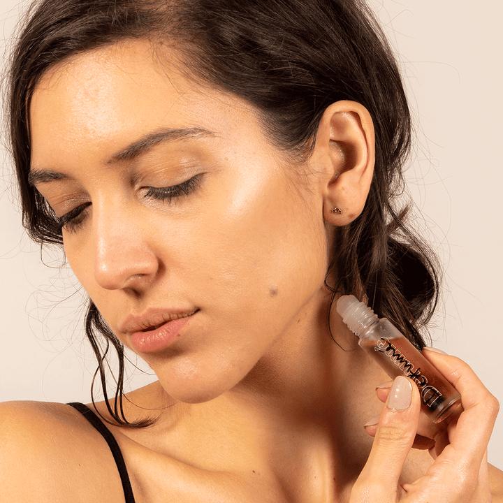 A model applying the Defume roller behind their ear
