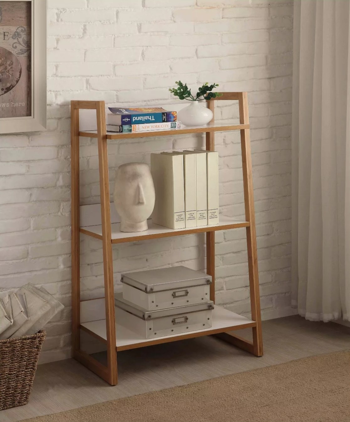 The three-tier shelf in wood