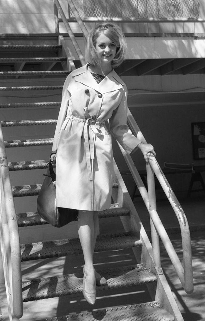 Goldie walking down steps in 1964