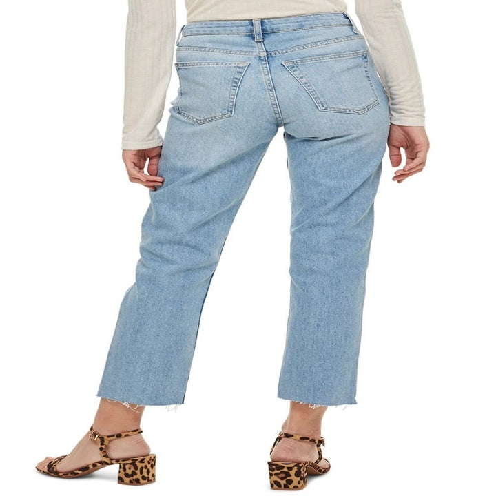 model wearing jeans with back pockets
