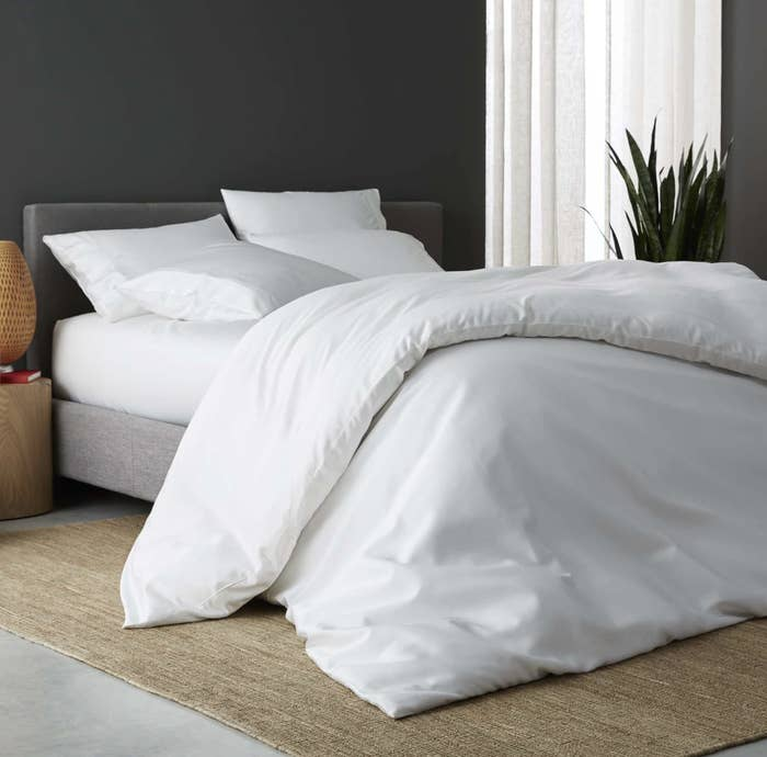 Bed with white Sijo duvet cover and sheet set