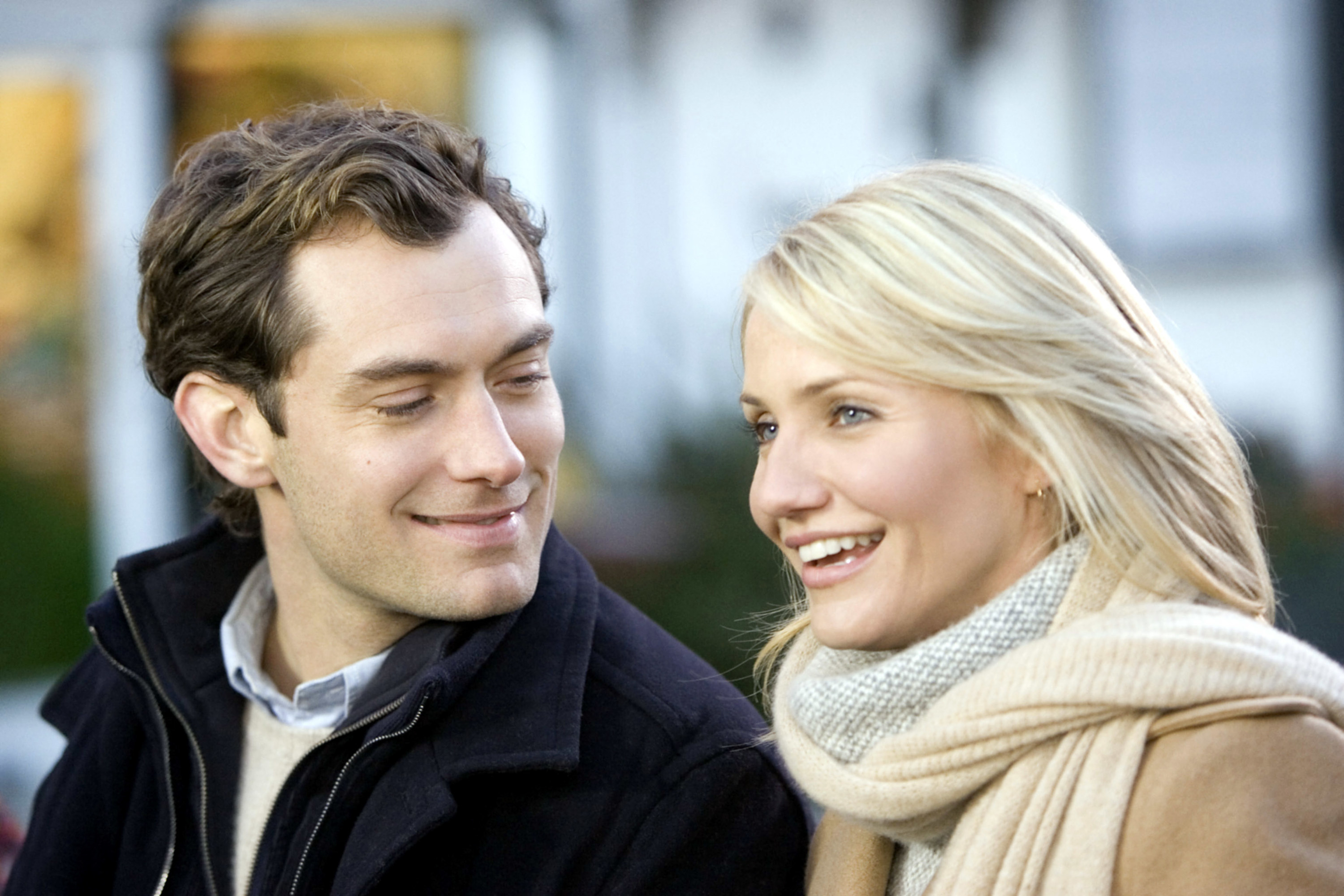 """Jude Law lovingly gazes at Cameron Diaz in """"The Holiday"""""""