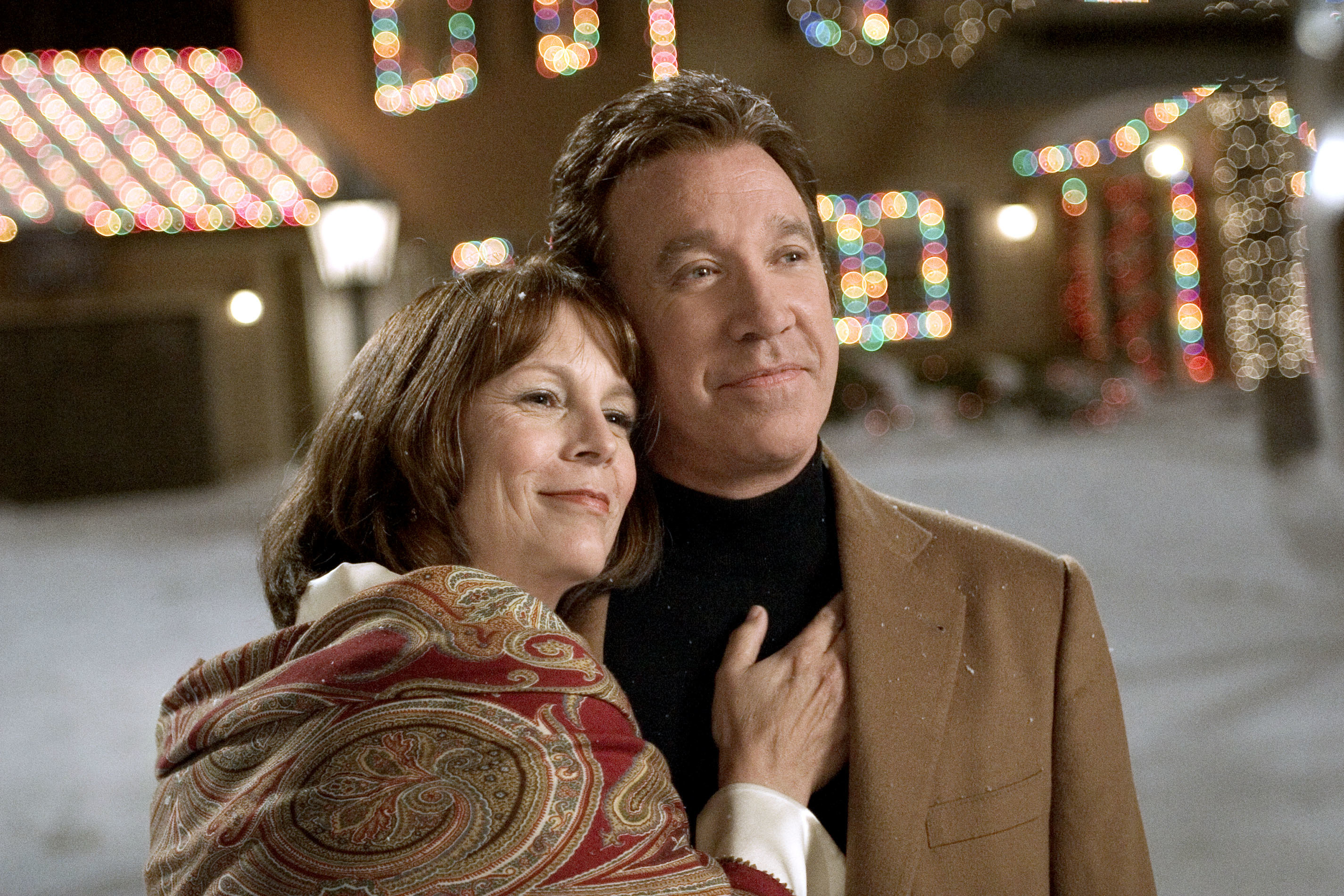 """Jamie Lee Curtis and Tim Allen have a warm embrace in """"Christmas With the Kranks"""""""