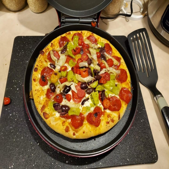 Reviewer uses a Betty Crocker BC-2958CR Pizza Maker to make a pie