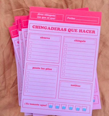 "pink notepad that says ""Chingaderas Que Hacer"""