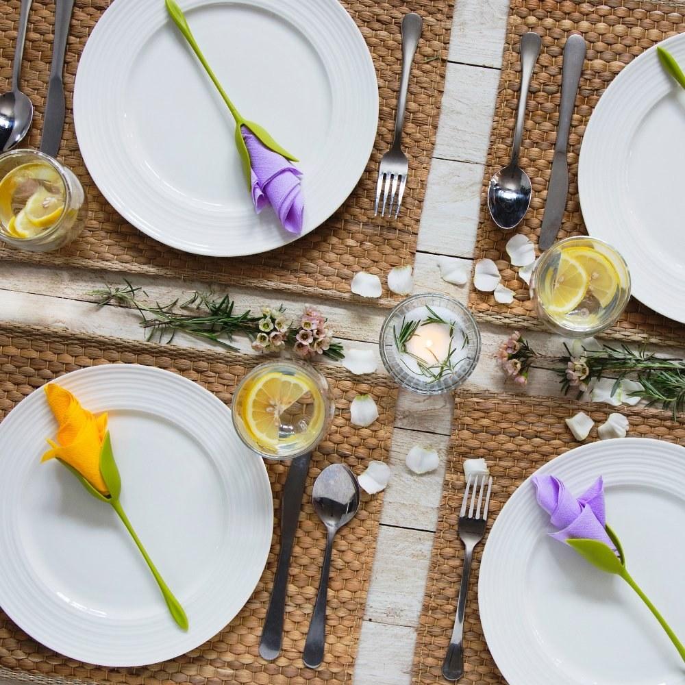 Serviettes kept on plates arranged on a table.