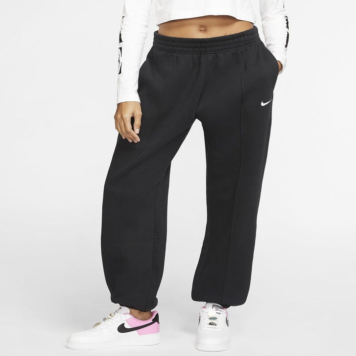 model wearing the black sweatpants