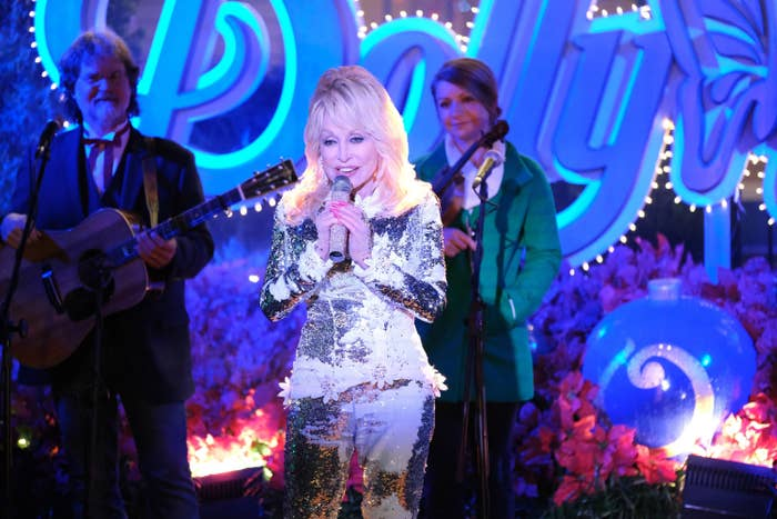 CHRISTMAS AT DOLLYWOOD, Dolly Parton
