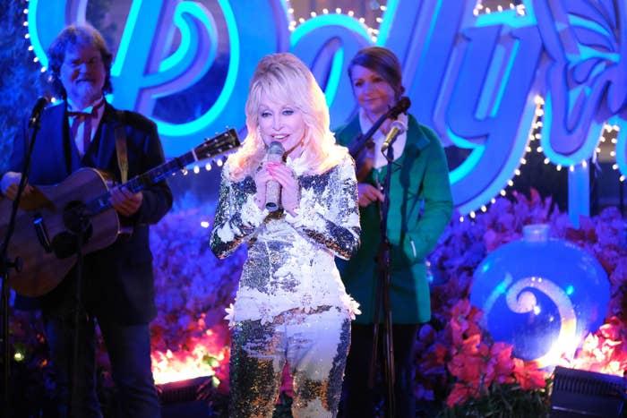 CHRISTMAS AT DOLLYWOOD, Dolly Parton
