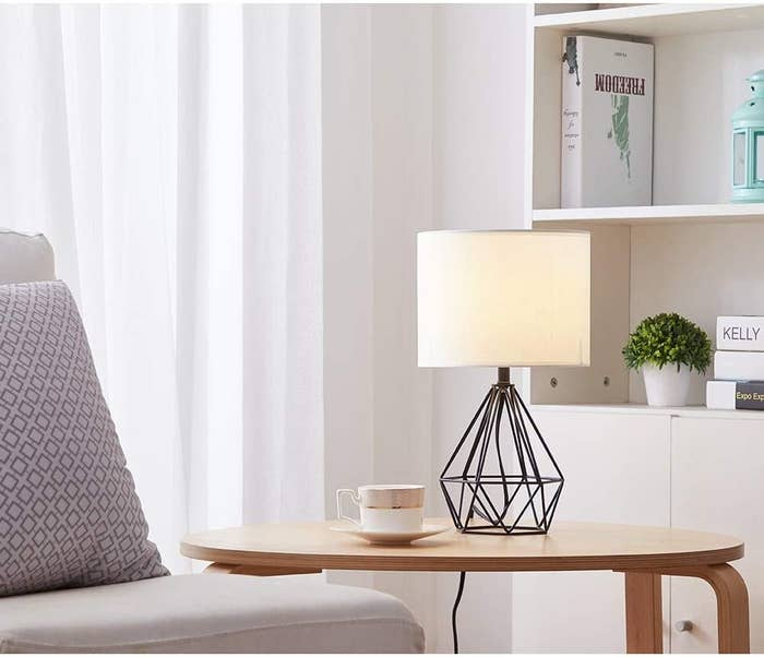 the black SOTTAE Modern lamp on an accent table