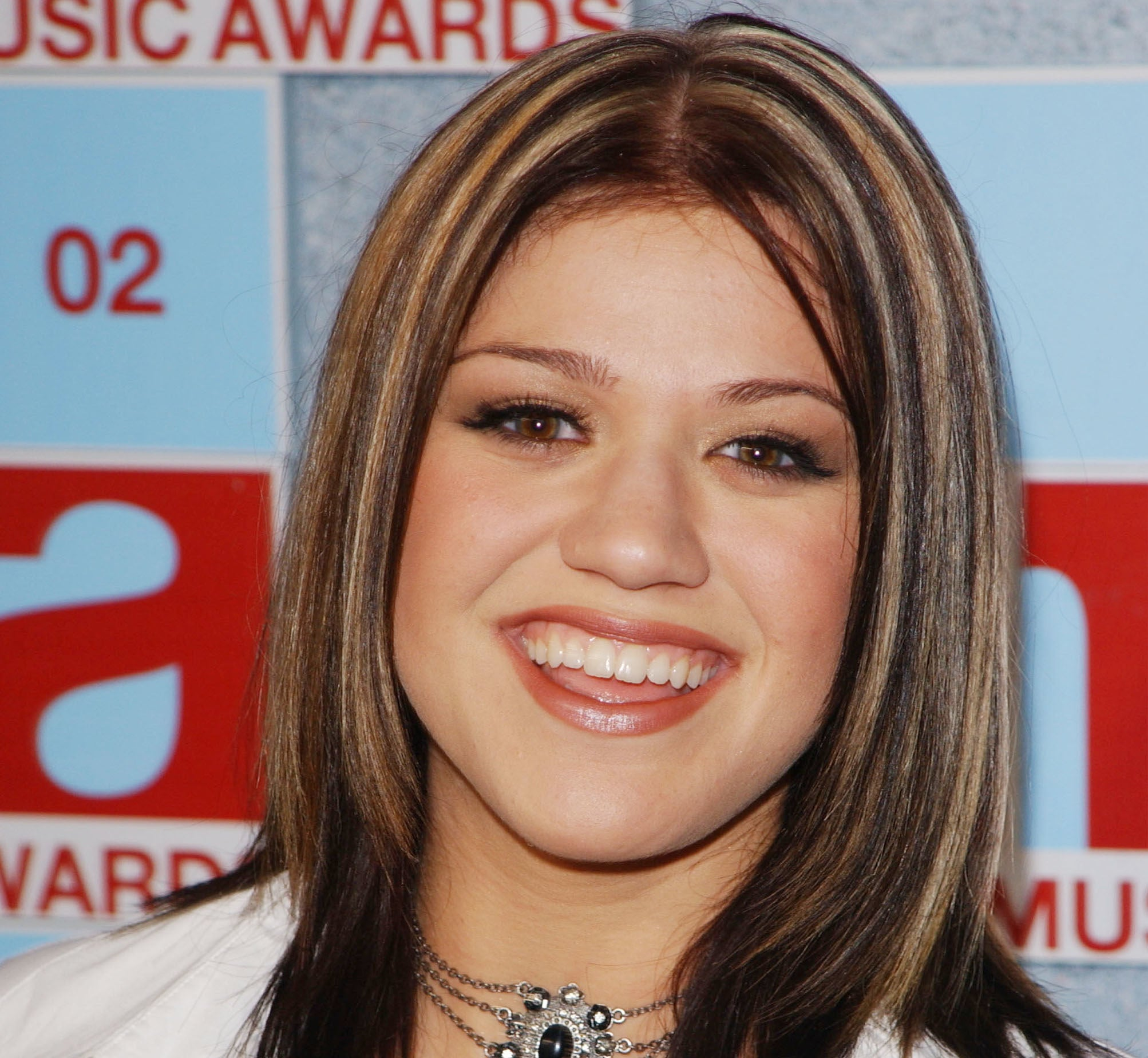 A photo of Kelly Clarkson on the red carpet of the VMAs with chunky highlights