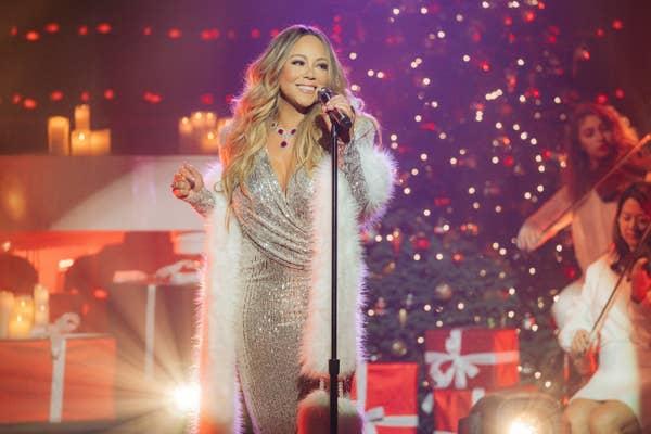 Mariah Carey menampilkan & quot; Waktu Natal Ada Di Udara & quot;  dari 25th Anniversary album reissue of Merry Christmas selama The Late Late Show with James Corden, tayang Rabu, 18 Desember 2019