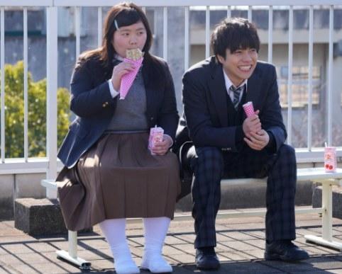 Miu Tomita and Daiki Shigeoka eating snacks while wearing school uniforms in Switched
