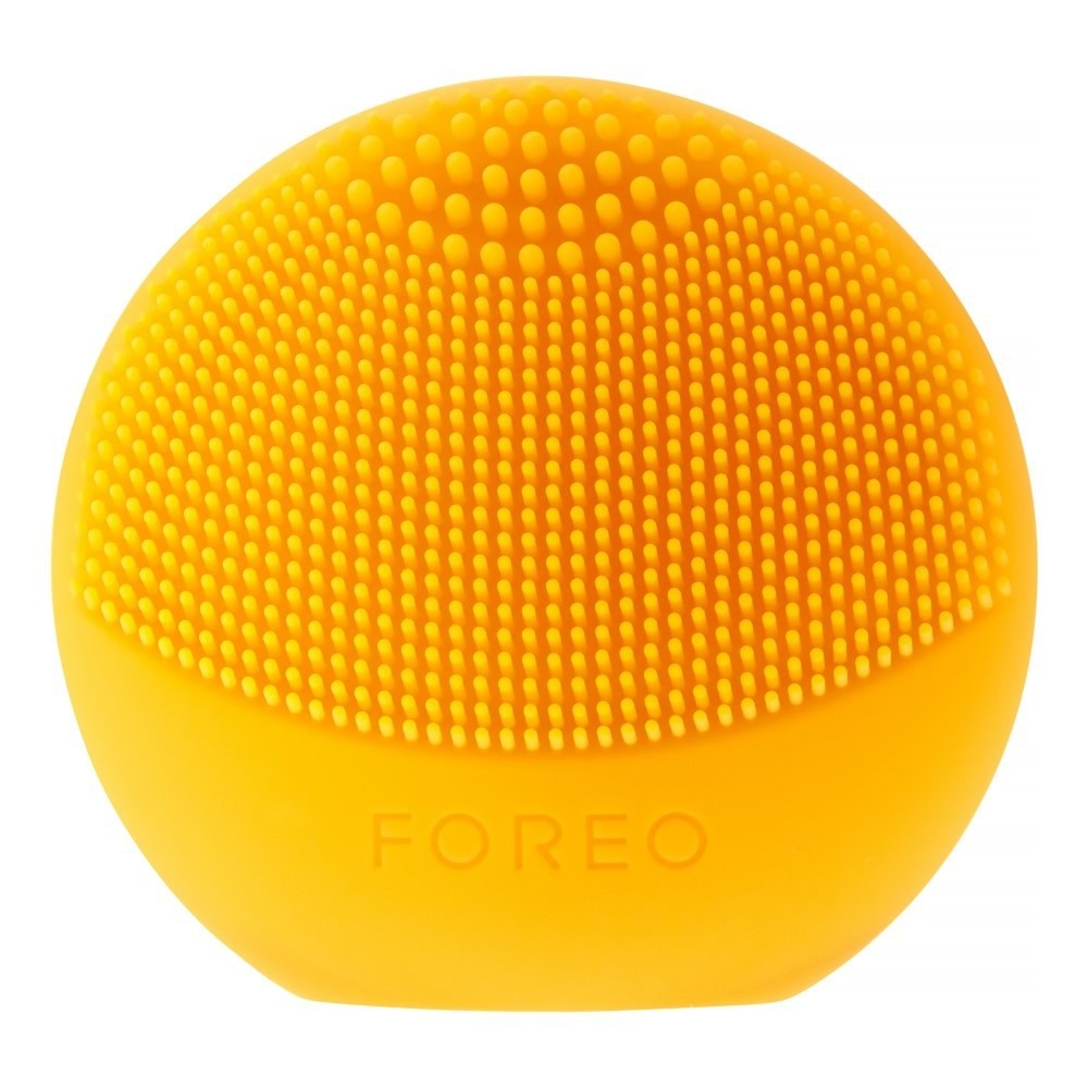a yellow silicone disc tool that pulses. it has fine silicone teeth for deep cleaning