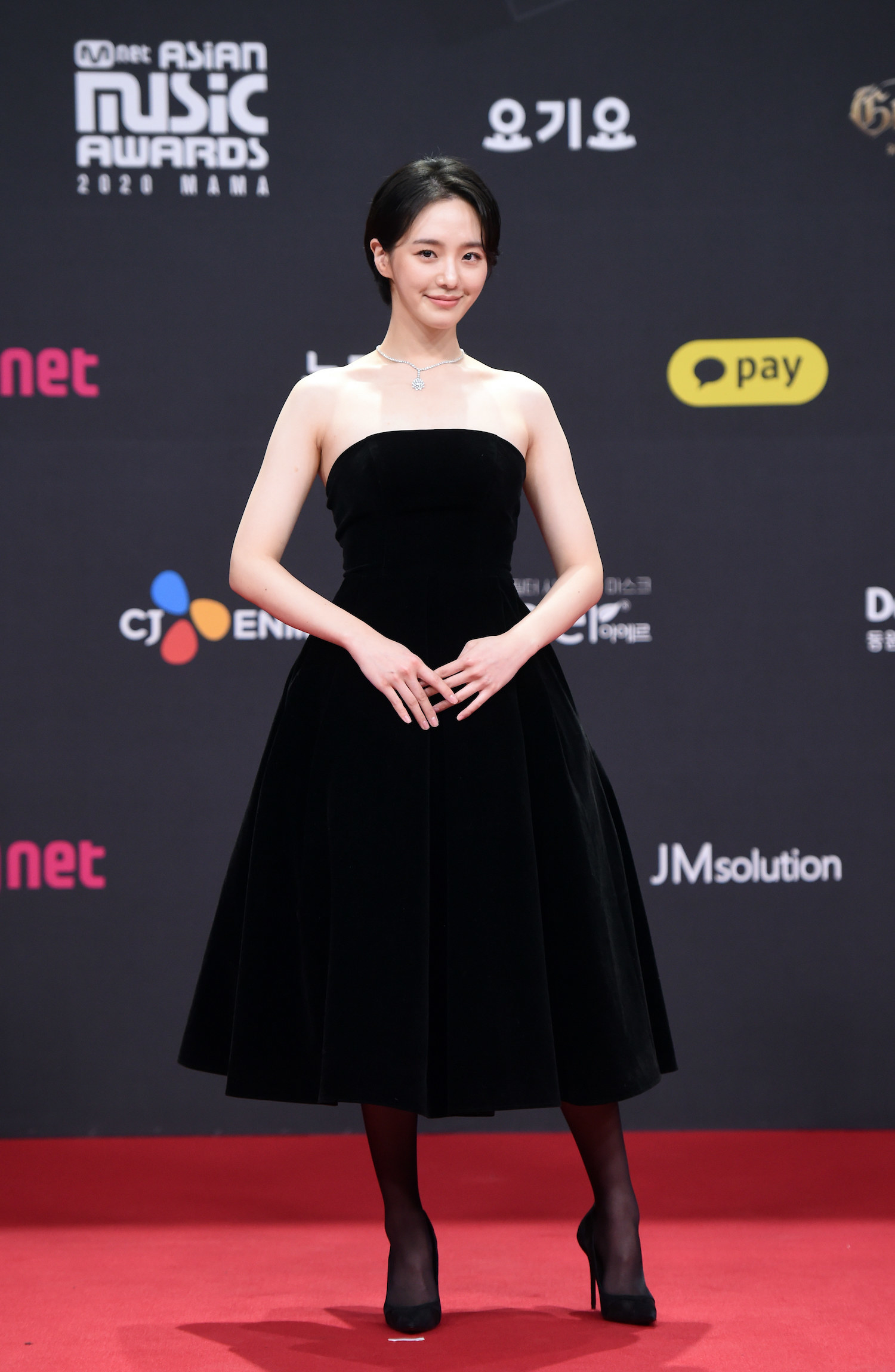 Park Kyu Young wears a knee-length strapless dress at the 2020 Mnet Asian Music Awards