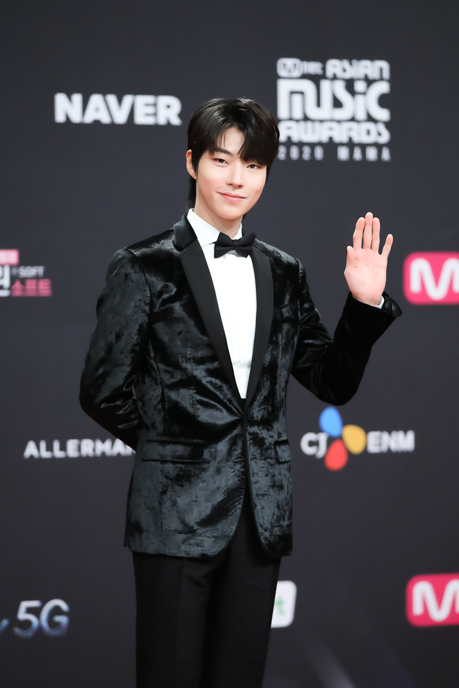 Hwang In Yeop wears a silk suit jacket and bowtie at the 2020 Mnet Asian Music Awards