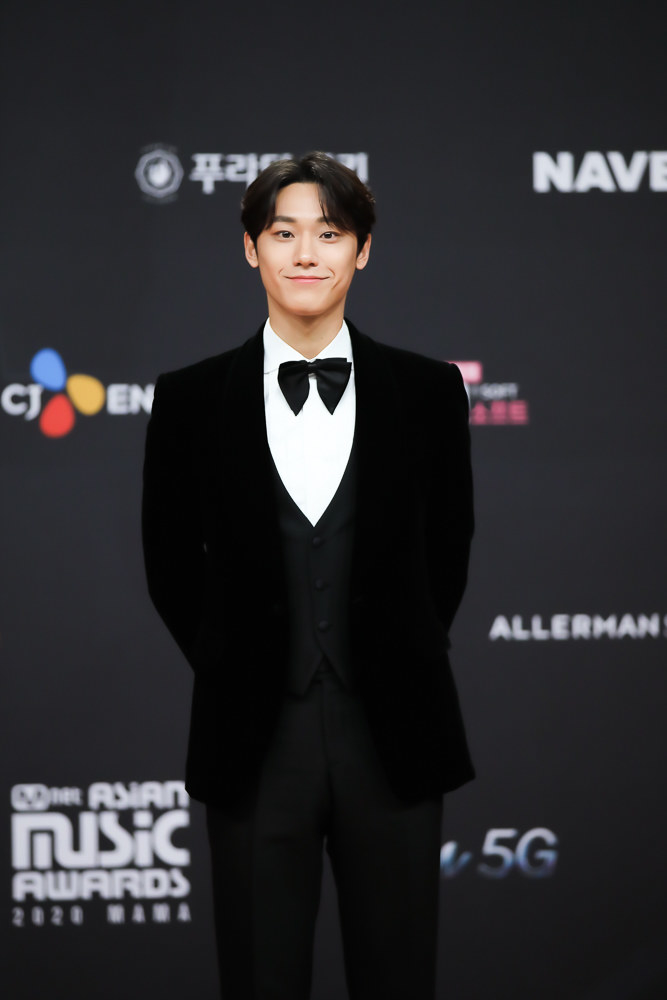 Lee Do Hyun wears a suit and bowtie at the 2020 Mnet Asian Music Awards