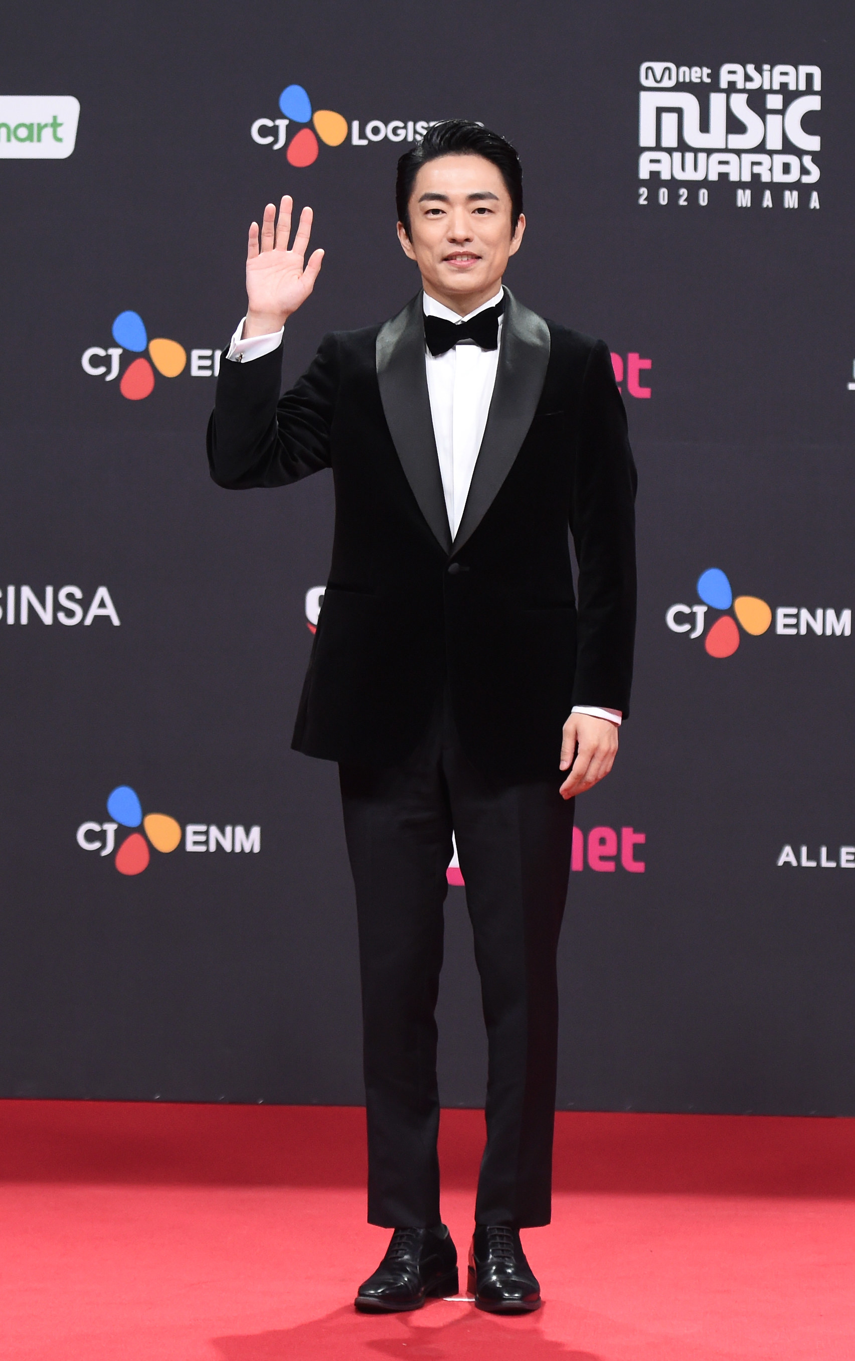 Jung Moon Sung wears a suit and bowtie at the 2020 Mnet Asian Music Awards