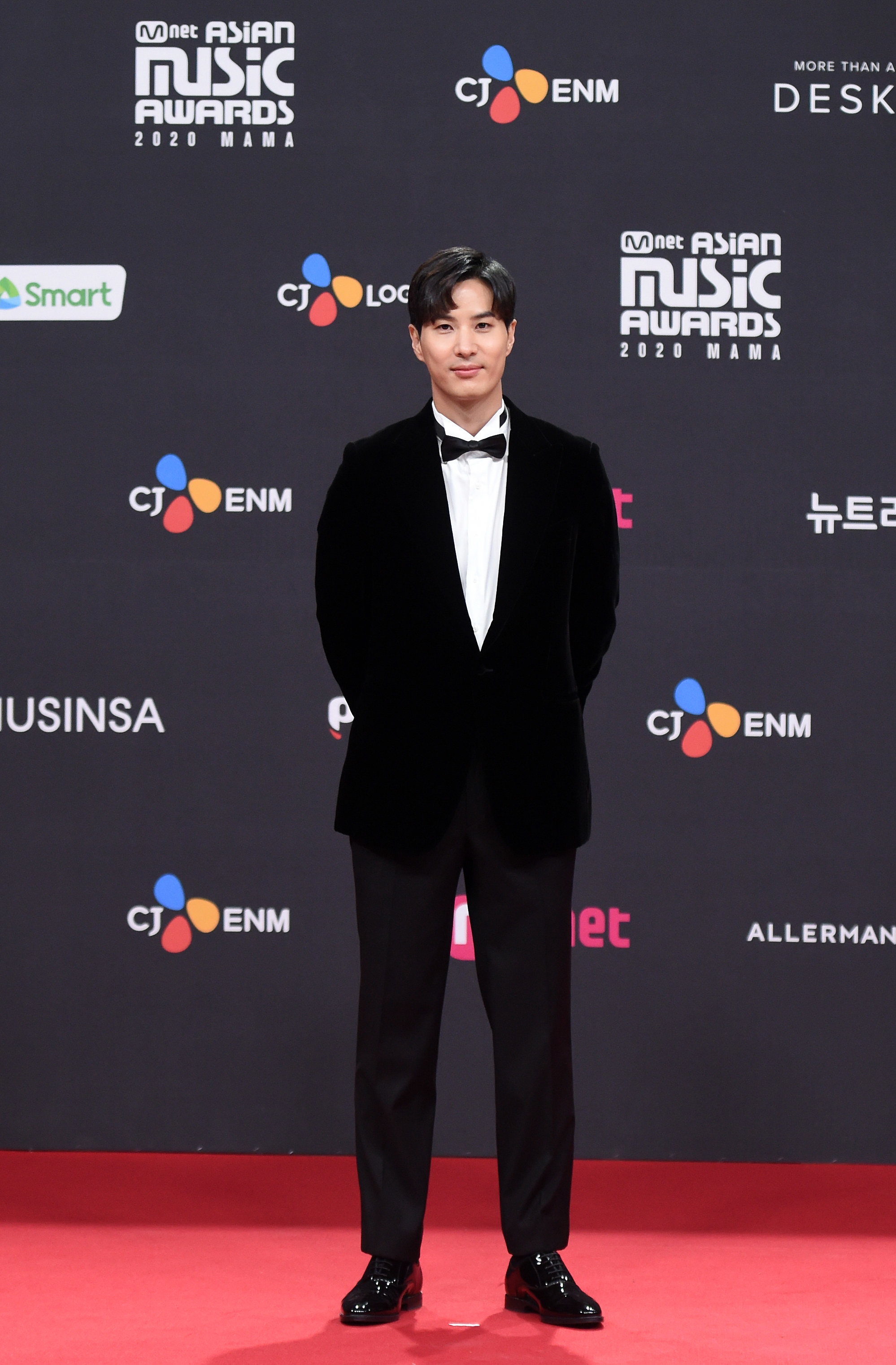 Kim Ji Seok wears a suit and bowtie  at the 2020 Mnet Asian Music Awards