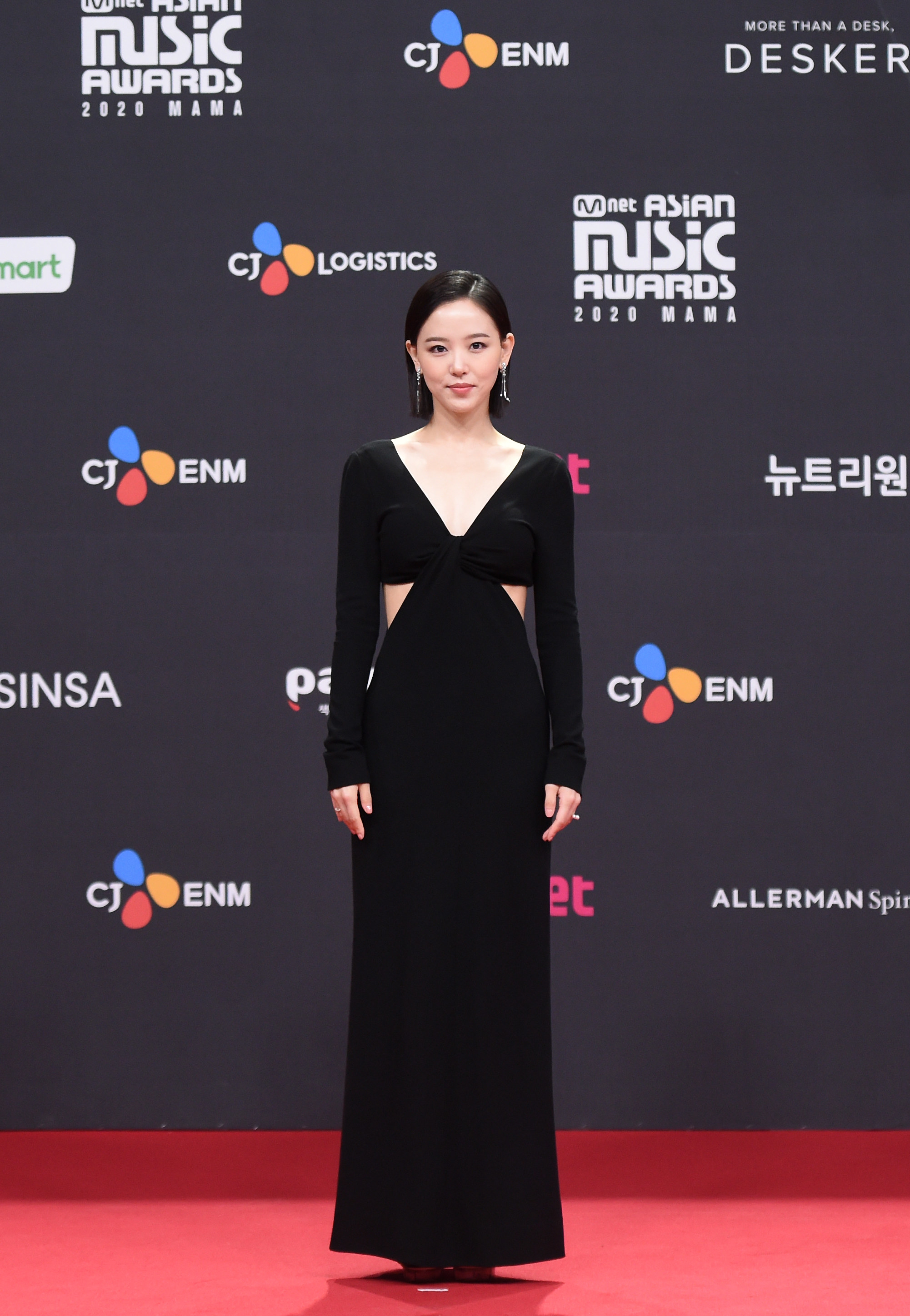 Kang Han Na wears a black floor-length gown with cut outs on the sides at the 2020 Mnet Asian Music Awards