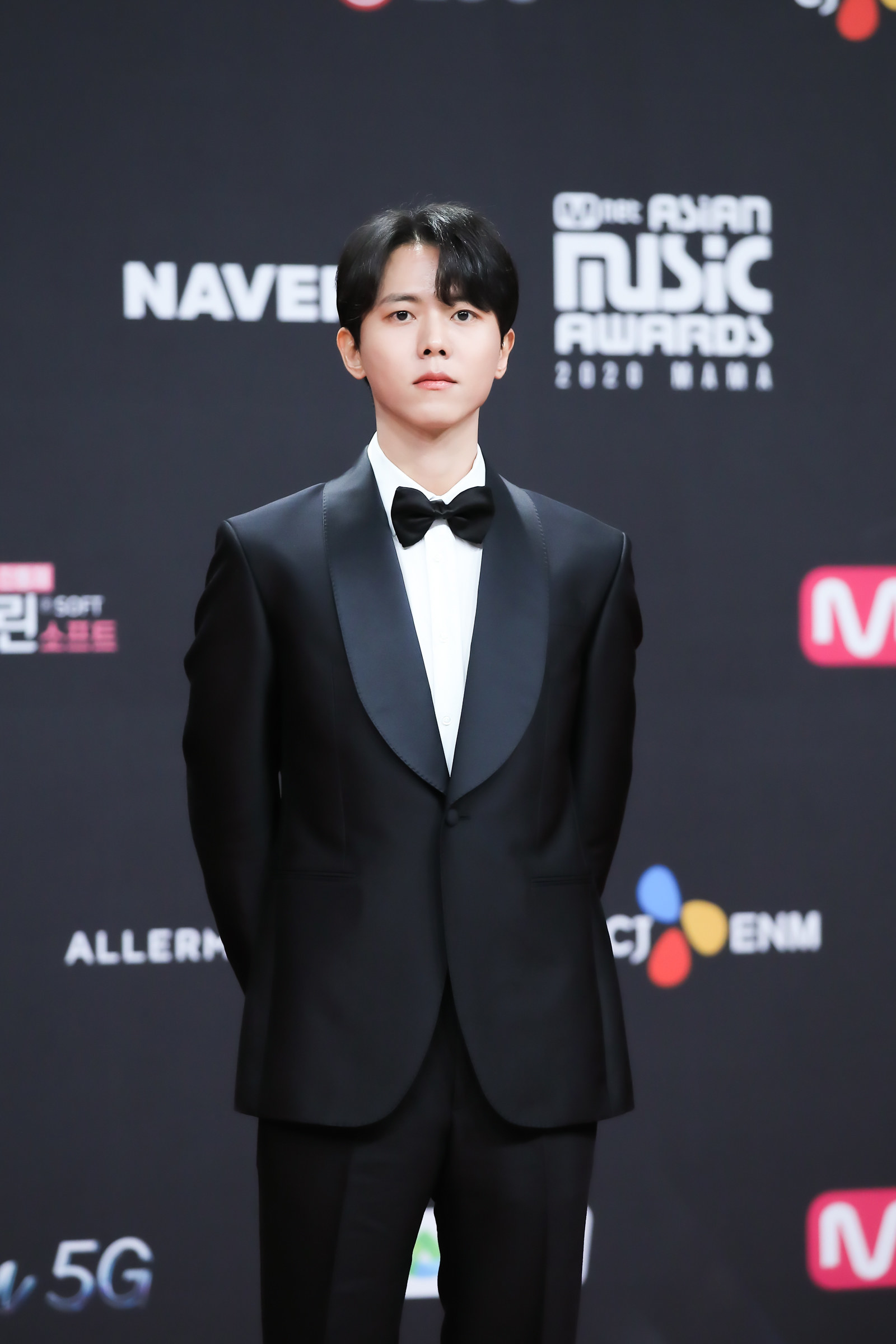 Joo Woo Jae wears a suit and bowtie  at the 2020 Mnet Asian Music Awards