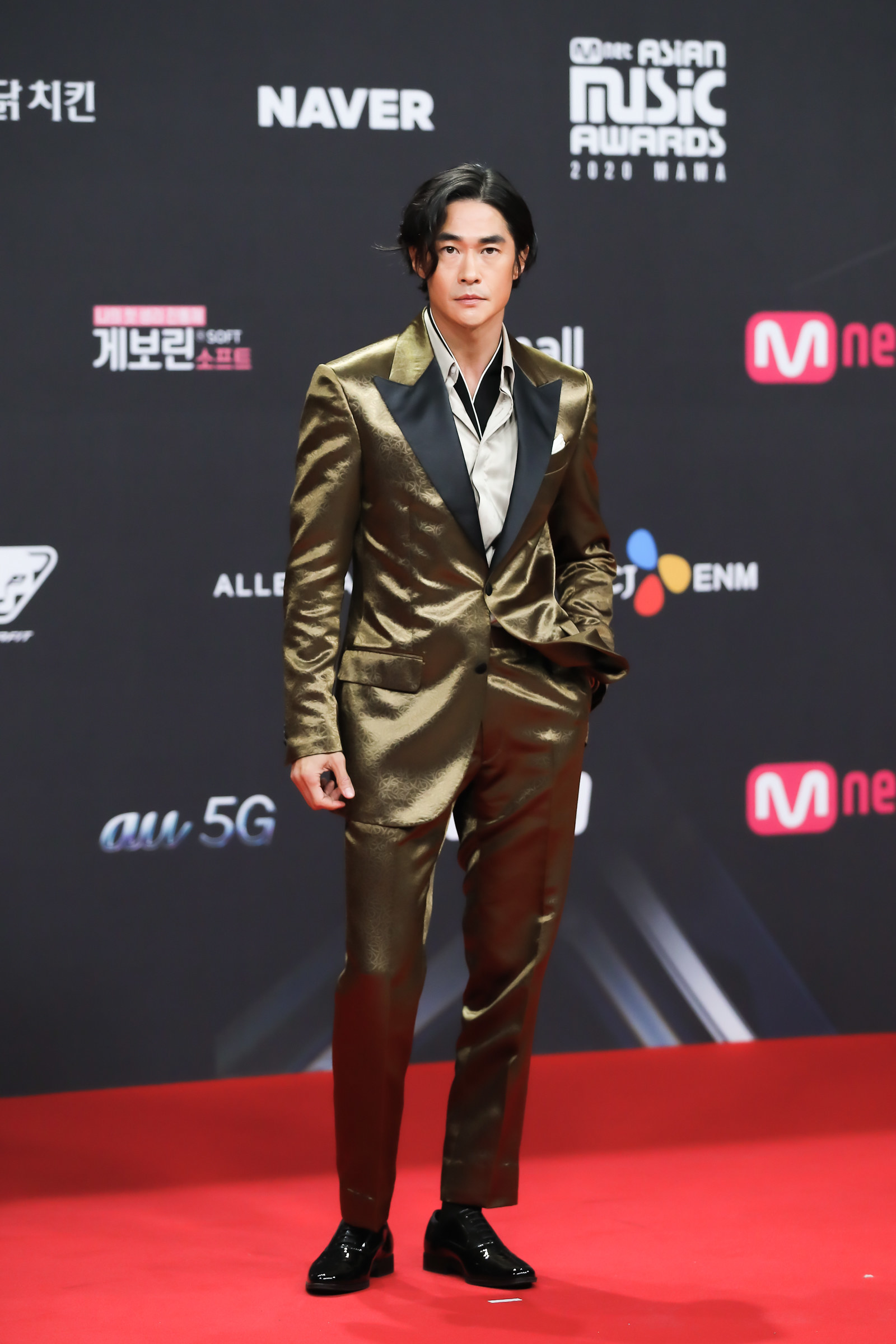 Bae Jeong Nam wears a metallic suit  at the 2020 Mnet Asian Music Awards