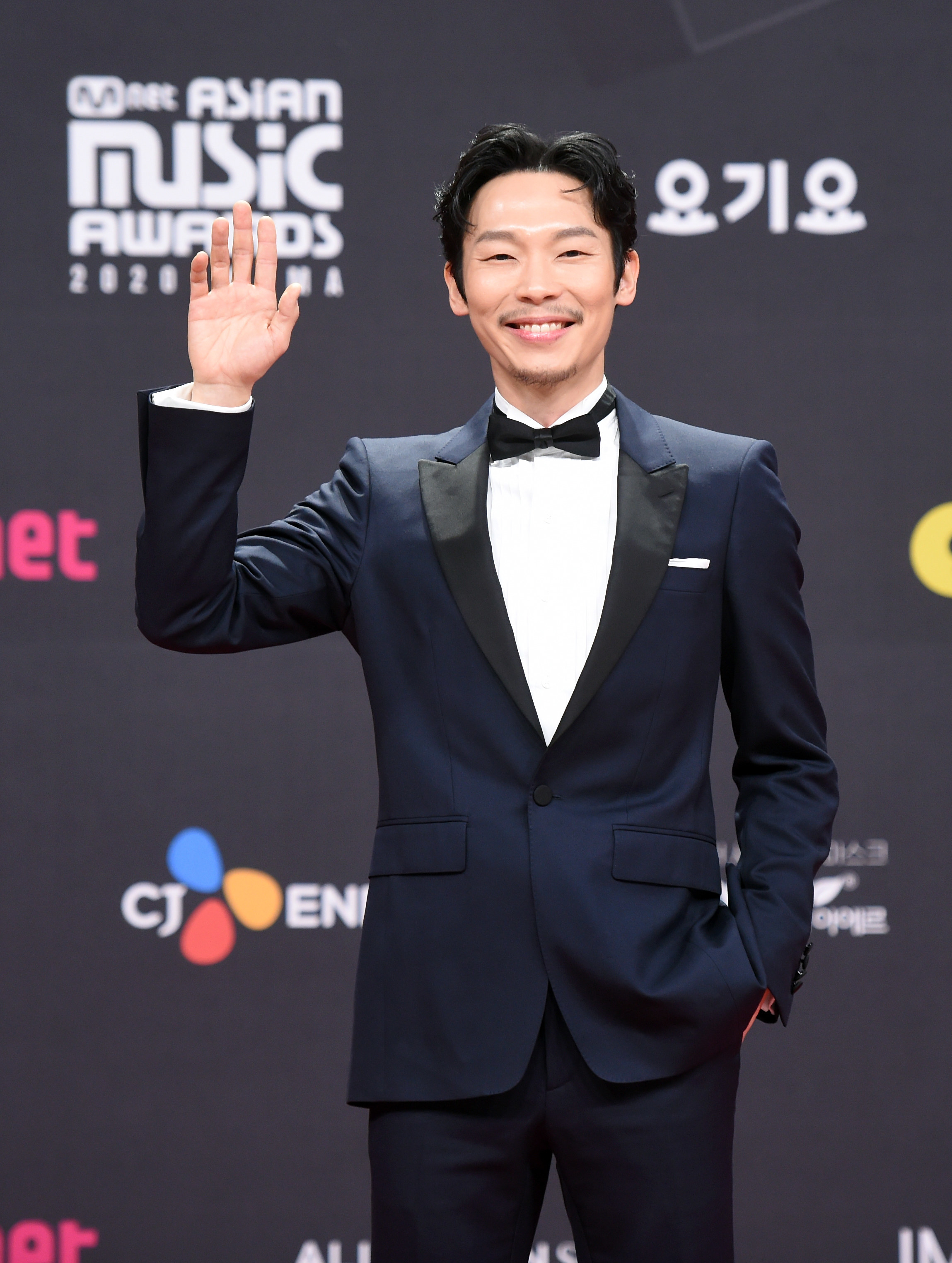 Yang Kyung Won wears a suit  at the 2020 Mnet Asian Music Awards