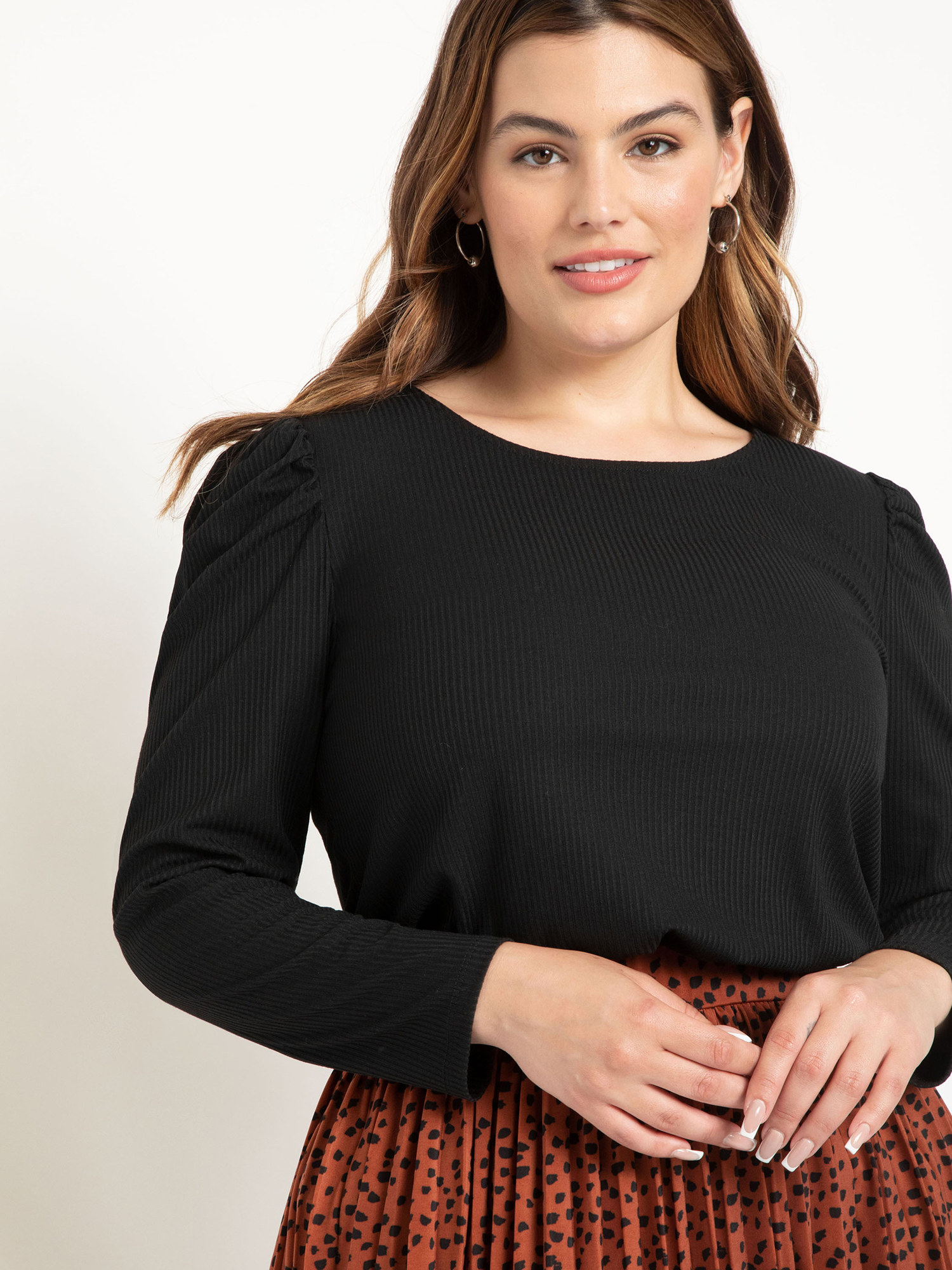 A model wearing the black shirt