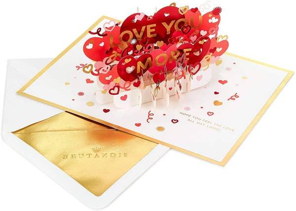 一張卡片,上面有一句愛你更多的話